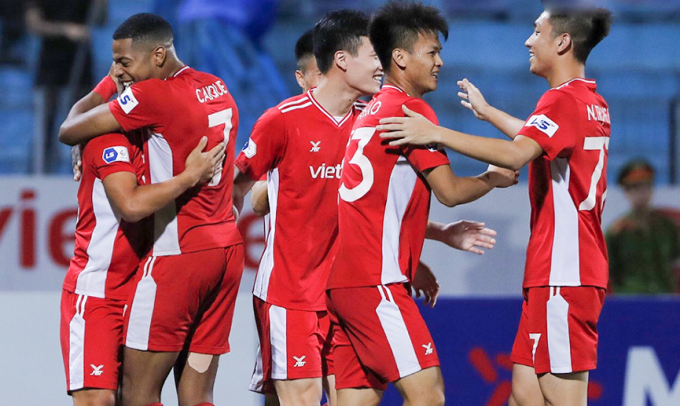Các cầu thủ Viettel mừng bàn thắng trước Quảng Ninh, trên sân Hàng Đẫy chiều 16/4. Ảnh: VPF.