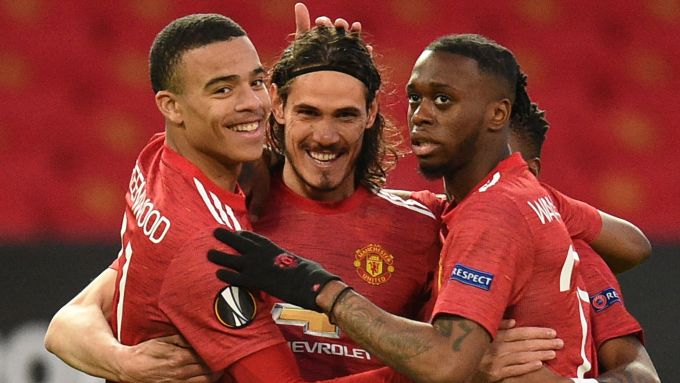 Cavani (giữa) mừng bàn mở tỷ số với các đồng đội trong trận đấu với Granada. Ảnh: Sky.