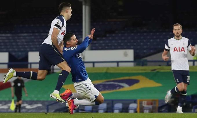 James ngã trong tình huống dẫn tới quả phạt đền mà Everton gỡ hoà 1-1. Ảnh: NMC Pool