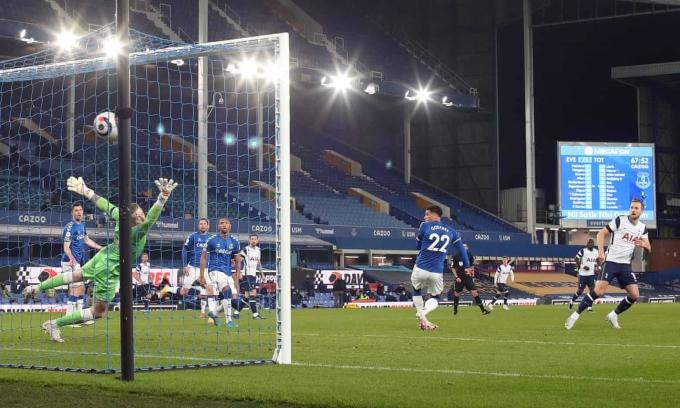 Pickford nhìn bóng đi vào lưới sau cú vô-lê của Kane ở tình huống Tottenham gỡ hoà 2-2 trên sân Goodison Park. Ảnh: Reuters
