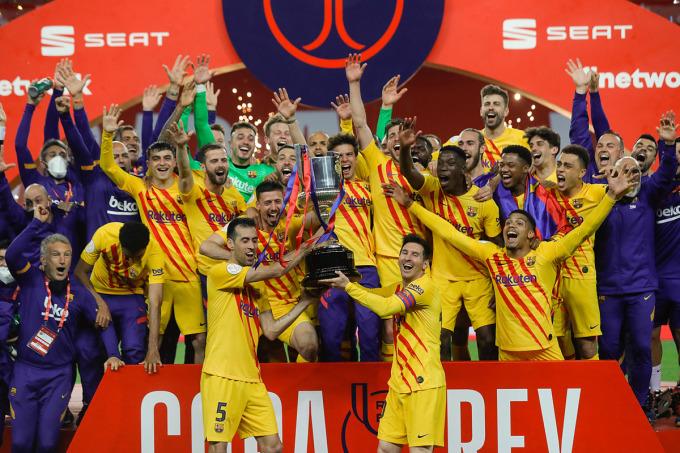Messi và các đồng đội mừng danh hiệu đầu tiên mùa này. Ảnh: Reuters.