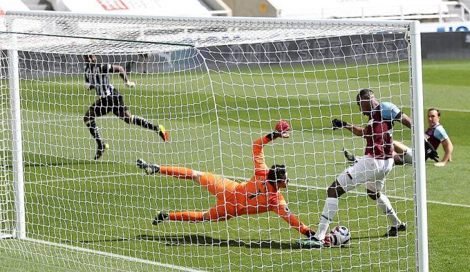 Pha phối hợp không tốt giữa Fabianski và Diop khiến West Ham chịu bàn thua đầu. Ảnh: Reuters.