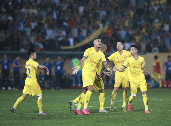 Cầu thủ Nam Định chia vui với Rodrigo Dias sau pha sút phạt thành bàn. Ảnh: Lâm Thỏa.
