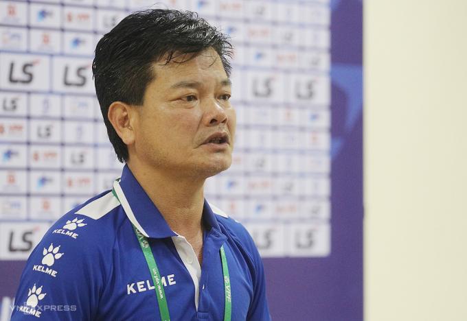 HLV Văn Sỹ bức xúc khi đồng nghiệp Polking tố Nam Định câu giờ xấu xí để giành chiến thắng.
