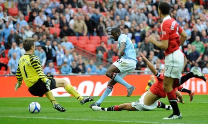 Toure gia nhập Man City vào năm 2010, khi đội chưa có danh hiệu nào trong kỷ nguyên các ông chủ Ả-rập. Anh là một trong những nhân tố chủ chốt giúp CLB vươn lên sánh ngang với hàng xóm giàu truyền thống Man Utd. Ảnh: Guardian