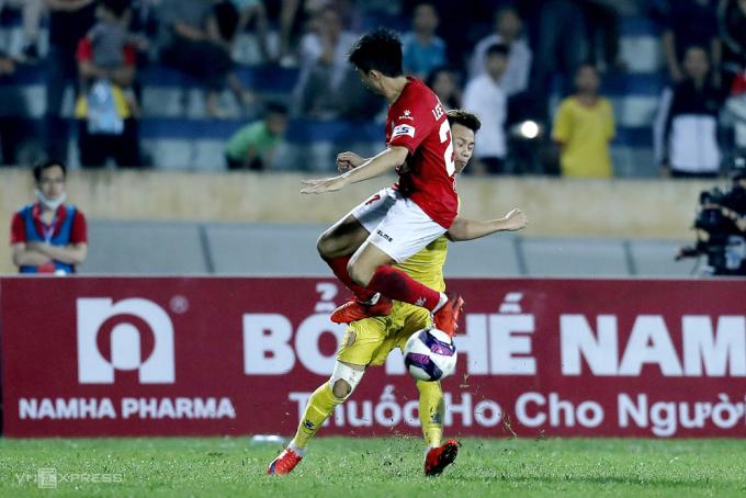 Lee Nguyễn đạp Hoàng Xuân Tân, dẫn tới bị truất quyền thi đấu trong trận TP HCM thua 2-3 trên sân Thiên Trường ngày 18/4.