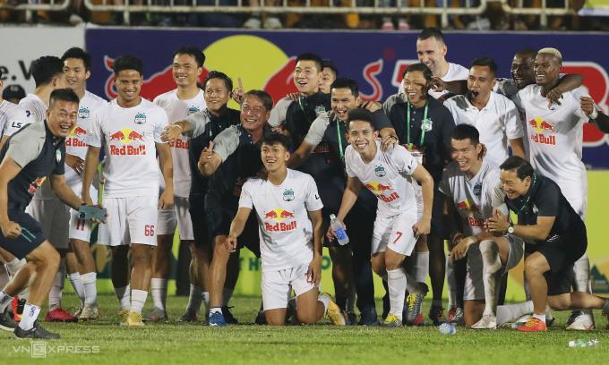 Cầu thủ và ban huấn luyện HAGL chụp ảnh mừng chiến thắng quan trọng trước Hà Nội. Ảnh: Đức Đồng