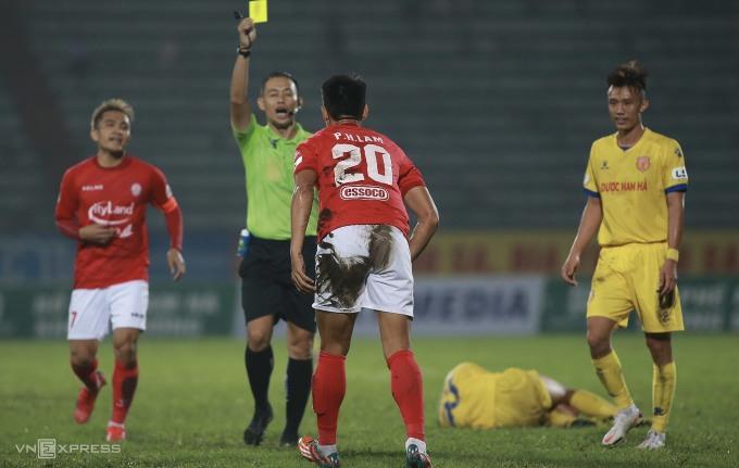 Cầu thủ Nam Định liên tục nằm sân để câu giờ về cuối trận, hòng bảo toàn thắng lợi 3-2 trước CLB TP HCM. Ảnh: Lâm Thỏa
