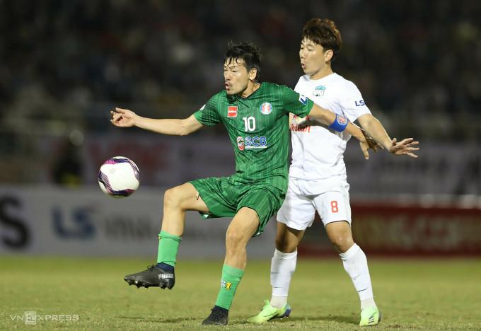 Daisuke Matsui (10) phải chia tay Sài Gòn FC vì không đảm bảo thể lực để thi đấu. Ảnh: Đức Đồng.