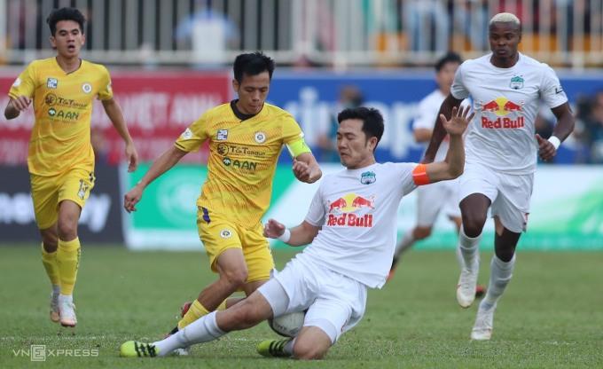 HAGL (áo trắng) không cho Hà Nội có khoảng trống để phối hợp và ghi bàn như trước. Ảnh: Đức Đồng