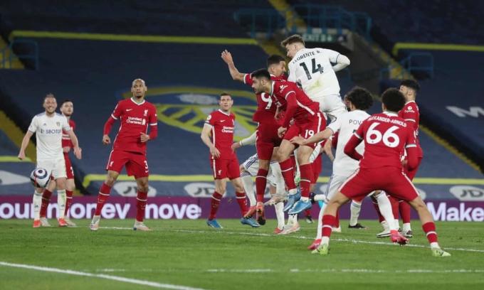 Llorente đánh đầu giật lại một điểm cho Leeds ở phút 87. Ảnh: Reuters
