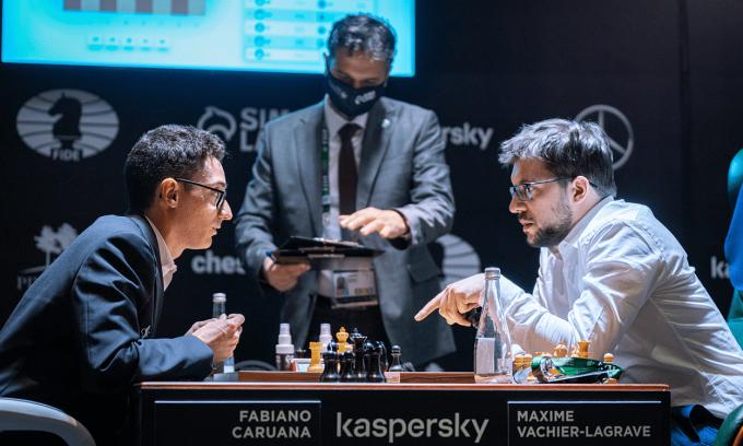 Caruana (trái) chứng tỏ khả năng chuẩn bị tuyệt vời, để thắng đối thủ không mạnh về khai cuộc như Vachier-Lagrave. Ảnh: FIDE