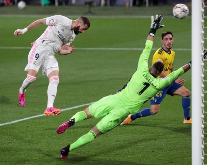 Benzema đánh đầu ấn định thắng lợi 3-0 cho Real ngay từ phút 40. Ảnh: AP