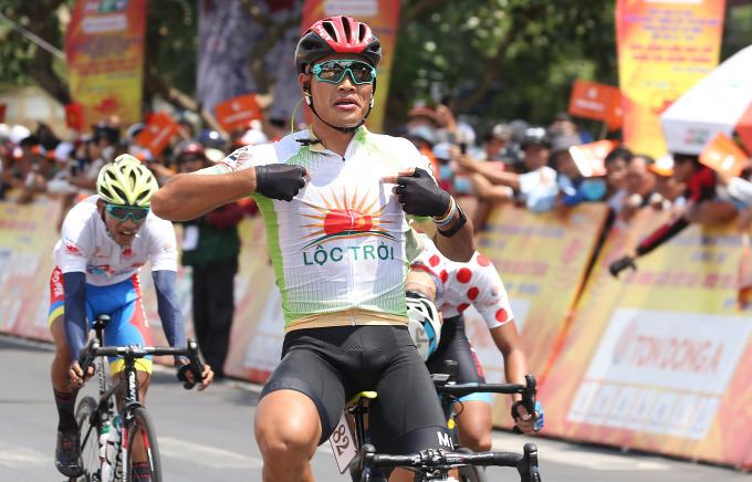 Trịnh Đức Tâm lần đầu giành chiến thắng ở cuộc đua năm nay. Ảnh: Văn Thuận.