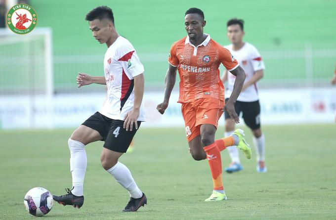 Đinh Hoàng Max (28, phía sau) chơi ấn tượng trong trận ra mắt nhưng không thể giúp Bình Định chiến thắng. Ảnh: Bình Định FC.
