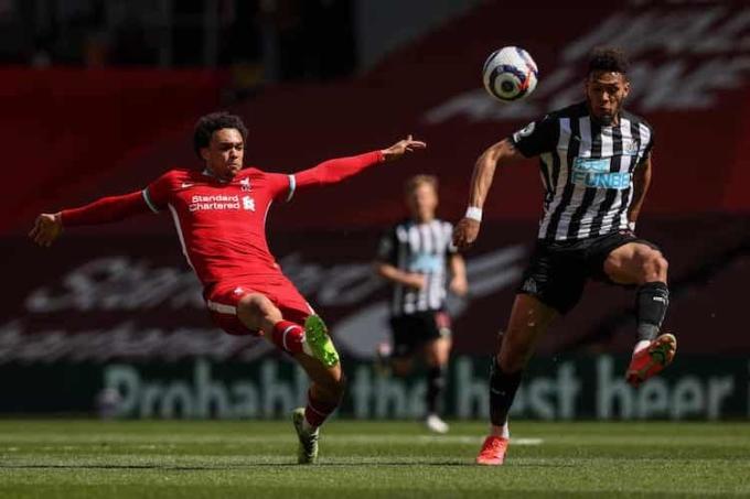 Sai  lầm  ở  hàng thủ   một lần nữa  khiến  Liverpool  đánh rơi điểm ở những phút cuối. Ảnh: Reuters.