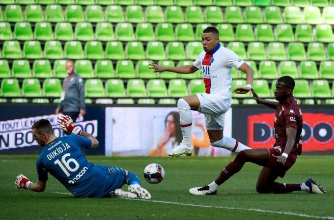 Mbappe liên tục tra tấn hàng thủ Metz trong thời gian hiện diện trên sân. Ảnh: AFP