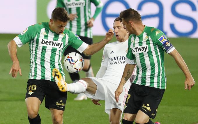 Modric (trắng) bị các cầu thủ Betis kìm kẹp trong trận đấu trên sân Alfredo Di Stefano tối 24/4. Ảnh: Reuters.
