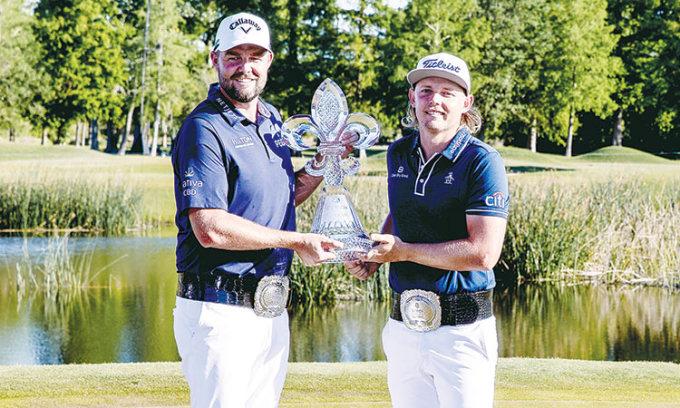 Leishman và Smith nâng cúp vô địch Zurich Classic hôm 25/4. Ảnh: USA Today