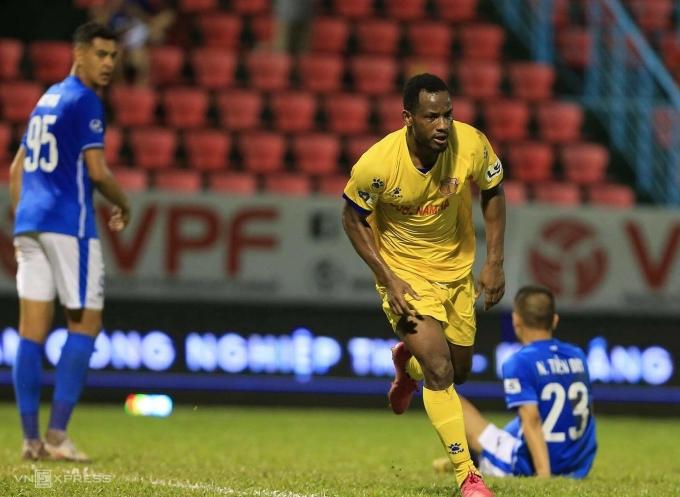 Oussou Kona mừng bàn duy nhất, giúp Nam Định đánh bại Quảng Ninh ngay tại Cẩm Phả chiều 27/4. Ảnh: Nguyễn Ngũ
