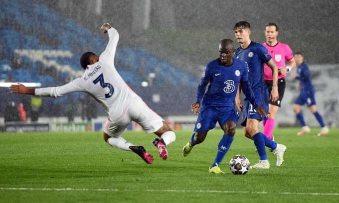 Sức  bền và tốc độ của Kante giúp Chelsea  áp  đảo ở giữa sân. Ảnhh: Reuters.