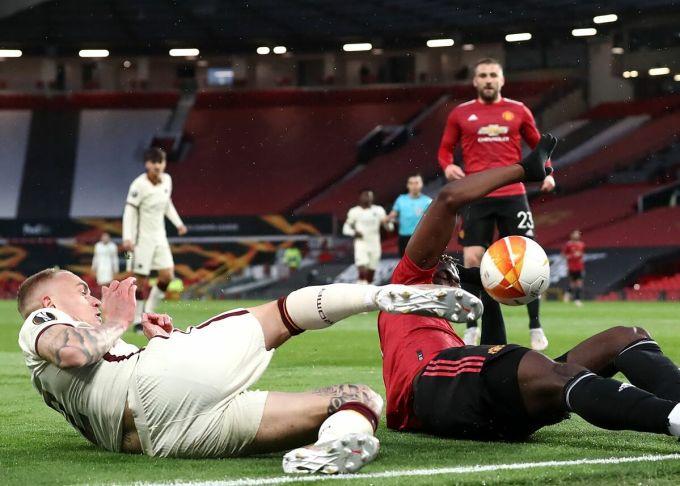 Pha bóng chạm tay của Pogba dẫn tới quả phạt đền cho Roma. Ảnh: BT Sport.