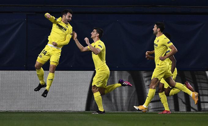 Manu Trigueros (trái) mừng bàn mở tỷ số của Villarreal. Ảnh: Reuters.