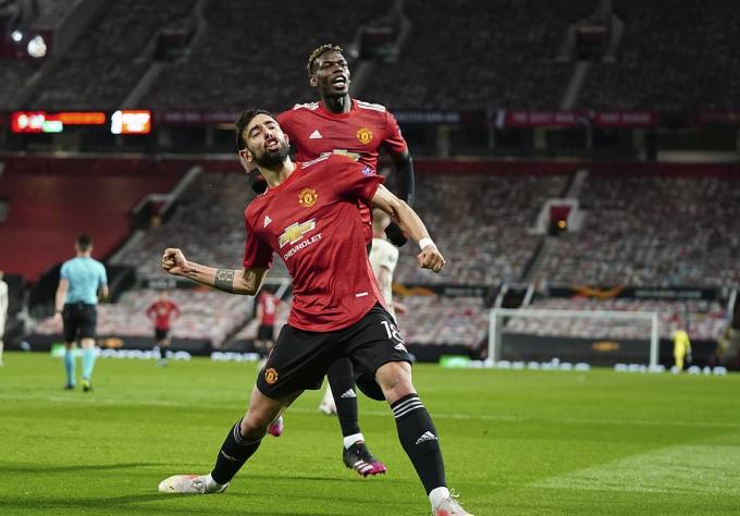 Fernandes lập cú đúp trong trận thắng Roma. Ảnh: AP.