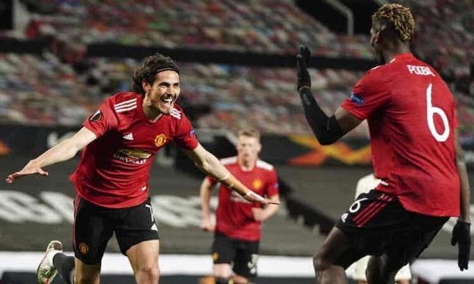 Cavani  chia vui với Pogba sau khi hoàn  tất  cú  đúp  vào  lưới  Roma. Ảnh: APP.