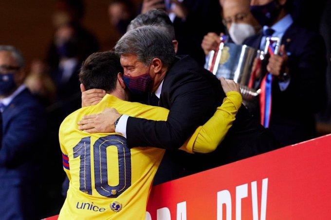 Messi ôm Laporta trong lễ đăng quang ở Cup Nhà Vua hôm 17/4. Ảnh: Twitter / Barcelona