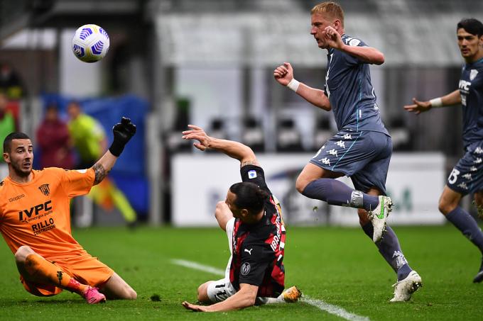 Ibrahimovic có nhiều cơ hội nhưng không một lần thành công trận này. Ảnh: Reuters.