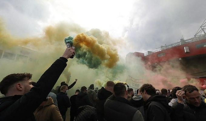 Bom khói cũng được sử dụng để phản đối nhà Glazer. Ảnh: Reuters.