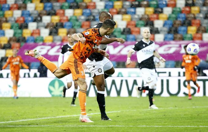 Ronaldo đánh đầu ấn định chiến thắng cho Juventus. Ảnh: Reuters.