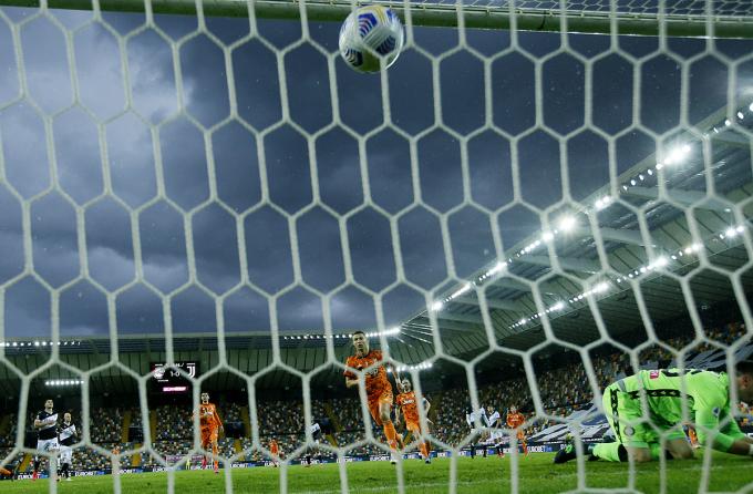 Quả phạt đền của Ronaldo làm sống lại hy vọng cho Juventus. Ảnh: Reuters.