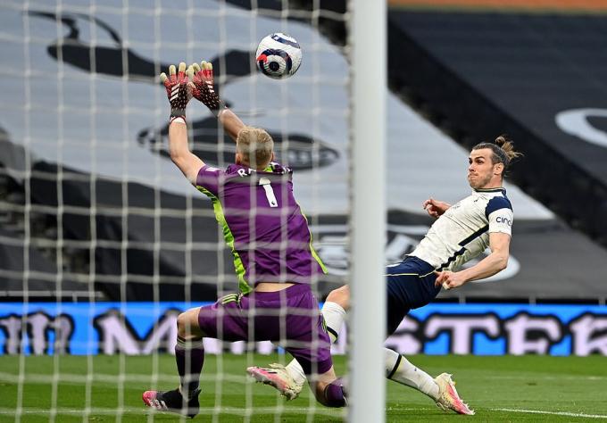 Bale thực hiện pha tâng bóng tinh tế qua Ramsdale. Ảnh: Reuters.