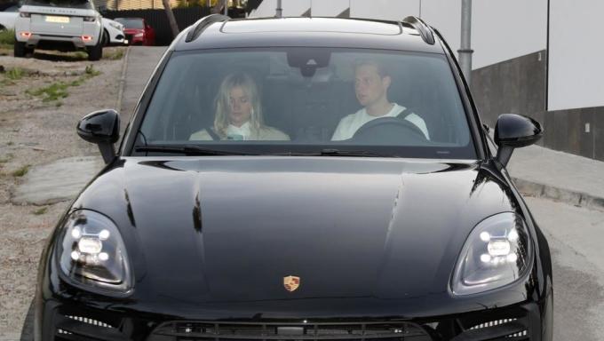 De Jong cùng bạn gái rời nhà Messi sau buổi tiệc. Ảnh: Mundo Deportivo