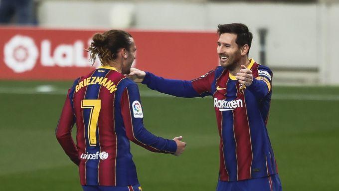 Messi chia vui với Griezmann sau khi ghi bàn trong trận thắng Valencia 3-2. Ảnh: AS