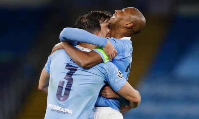 Kinh  nghiệm và tiếng nói của Fernandinho trong  đội hình Man  City phát huy hiệu quả đúng lúc. Ảnh: Reuters.