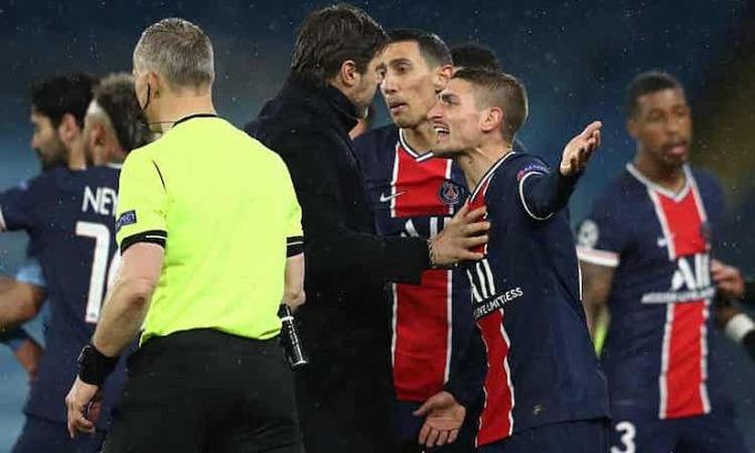 Pochettino  vào sân can Di Maria và Verratti sau tình huống trọng tài rút thẻ đỏ. Ảnh: UEFA.