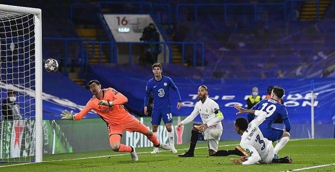 Mount (xanh, số 19) nhấn chìm hy vọng của Real ở cuối trận. Ảnh: Reuters.