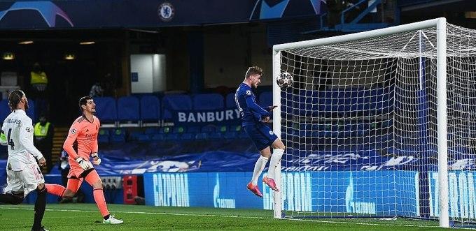 Werner (xanh) lần đầu ghi bàn từ bóng sống tại Champions League trong màu áo Chelsea. Ảnh: Reuters.