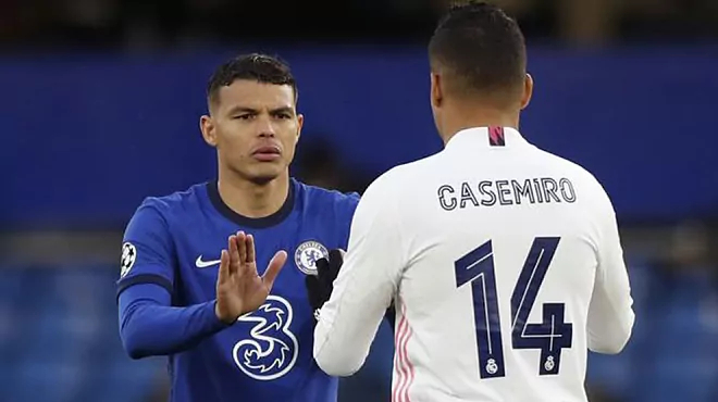 Casemiro thất bại trong cuộc đối đầu với trung vệ đồng hương Thiago Silva. Ảnh: Marca.
