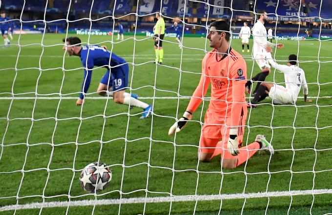 Courtois thất vọng sau khi nhận bàn thua thứ hai trong trận đấu với Chelsea tối 5/5. Ảnh: Reuters.