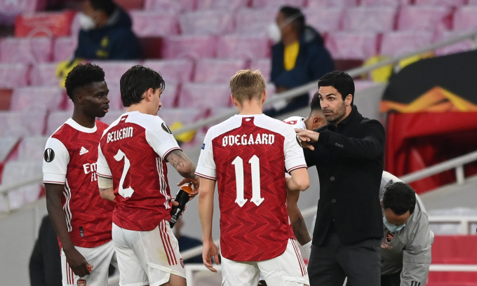 Arteta chỉ bảo cầu thủ Arsenal trong trận hoà Villarreal 0-0 ở lượt về bán kết Europa League hôm 6/5. Ảnh: Twitter / Arsenal