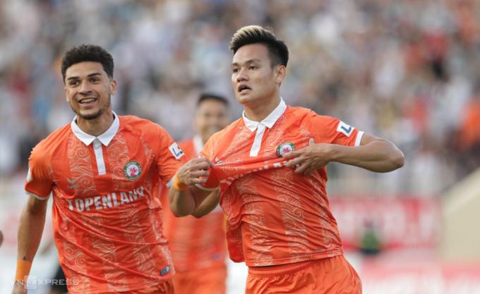 Hồ Tấn Tài (phải) là hậu vệ nhưng ghi dấu giày vào 5 trên 10 bàn của Bình Định ở V-League mùa này. Ảnh: Lâm Thoả