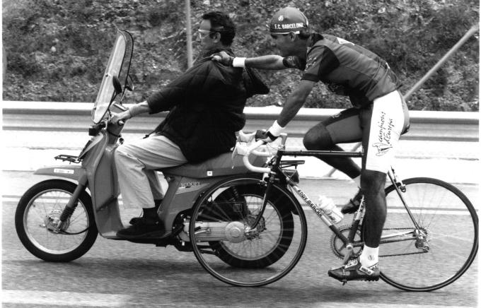 Chủ tịch Gaspart chạy xe máy kéo Guardiola về nhất trong cuộc đua xe đạp mừng cú đúp vô địch của Barca. Ảnh: La Vanguardia