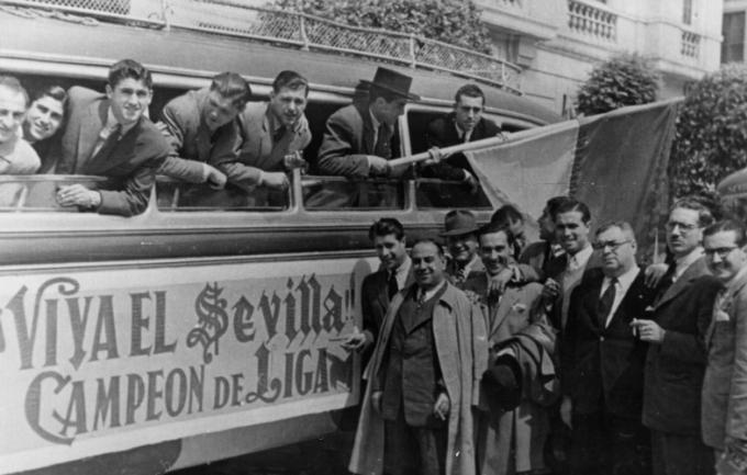 Cầu thủ Barca đi xe bus diễu hành mừng chức vô địch La Liga năm 1946. Ảnh: Sevilla FC