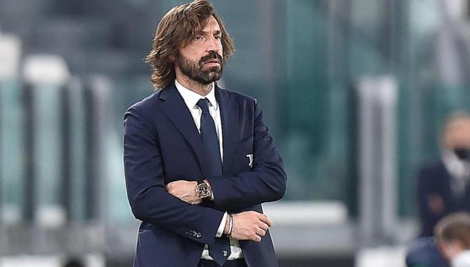 Pirlo thẫn thờ chứng kiến Juventus thua thảm trước AC Milan. Ảnh: Reuters.