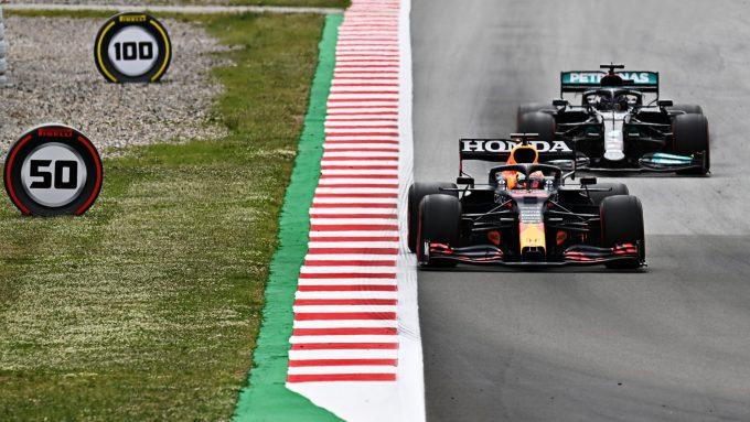 Verstappen tự nhận như cá nằm trên thớt khi bị Hamilton áp sát và luôn sẵn sàng vượt mặt. Ảnh: Formula 1