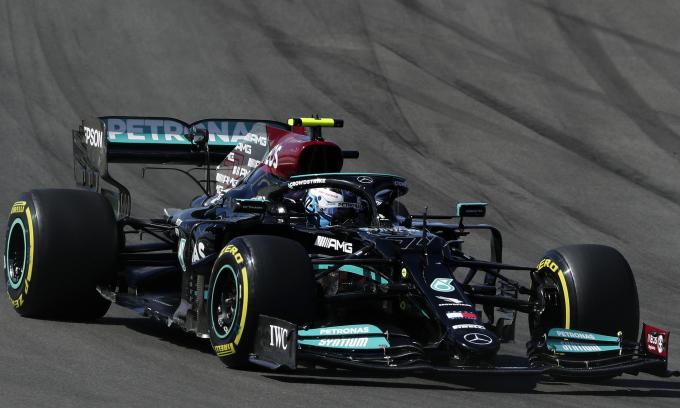 Lewis Hamilton lần thứ 98 thắng chặng, nhờ chiến thuật xuất sắc của Mercedes tại Catalunya hôm 9/5. Ảnh: AP